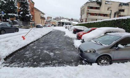 """Spalare la neve, un gesto """"contagioso"""" (in senso buono) a Saronno"""