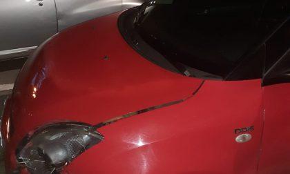 Lo urta nel parcheggio e scappa senza soccorrerlo: caccia all'autista del Suv