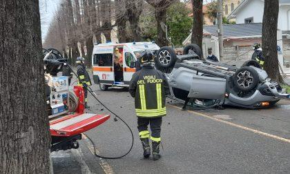 Pranzo di Natale col botto, auto ribaltata, in ospedale madre e  figlio 13enne FOTO