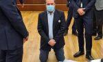 """""""Vogliamo i dati"""": il consigliere Usuelli (+Europa) si inginocchia in Consiglio, monetine dai leghisti"""