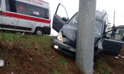 Cislago, auto fuori strada finisce contro un palo