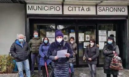Manca il personale, la terapia intensiva Covid di Saronno trasferita. Sit in fuori dal Municipio VIDEO