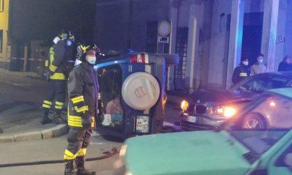 Incidente all'incrocio di via Battisti a Castellanza: auto ribaltata