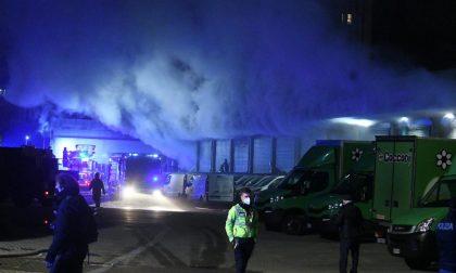 Brucia magazzino Amazon, dipendenti salvati da ambulanza di passaggio FOTO E VIDEO