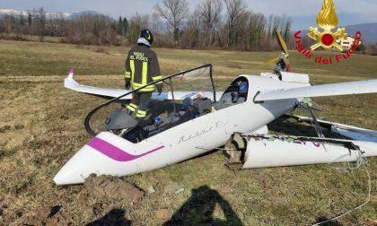 Le foto dell'atterraggio d'emergenza di un aliante a Bardello