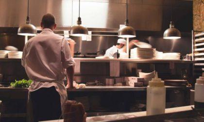 Clienti al tavolo nella pizzeria di Lazzate, sanzioni e chiusura per 5 giorni