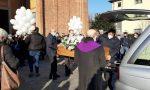 Palloncini bianchi e applausi per l'ultimo saluto a Simone, il ragazzo trovato morto nella ditta di Origgio