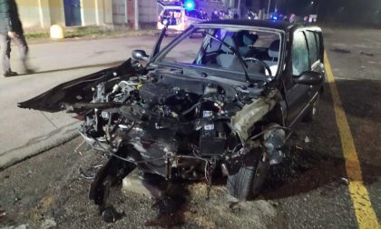 Schianto tremendo contro un muro a Solbiate: auto demolita, tre giovani feriti
