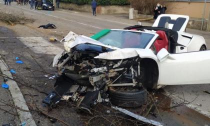 Lamborghini fuori strada a Rovellasca: auto distrutta, conducente e passeggero in ospedale