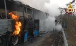 Autobus di linea divorato dalle fiamme, passeggeri e autista salvi: il video del rogo