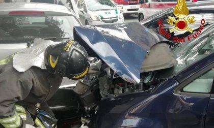 Incidente a Cassano: scontro all'incrocio, danneggiata una terza auto in sosta