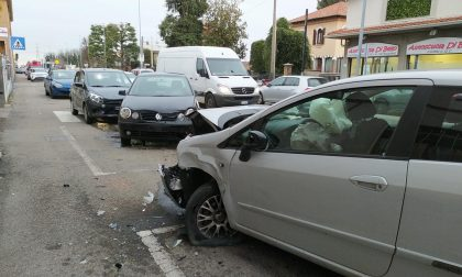 Finisce contro un'auto parcheggiata: incidente in Varesina a Cislago
