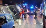 Auto rimane in bilico sul guardrail: arrivano ambulanza, Polizia e Vigili del fuoco