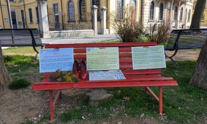 Una panchina rossa fuori dal municipio  per la giornata internazionale dell'8 marzo