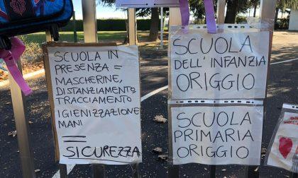 Genitori in protesta contro la chiusura delle scuole