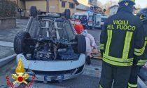 Finisce contro lo spartitraffico: auto ribaltata in viale Borri, conducente grave