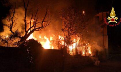 Capanno in fiamme nella notte a Malnate