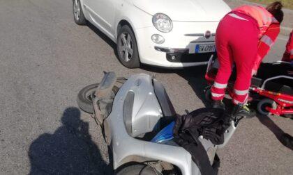 Anziana sotto choc si scontra in scooter alla rotonda della Fornace
