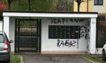"""""""Basta spacciare"""": imbrattato il muro della palazzina, gli inquilini esasperati denunciano"""