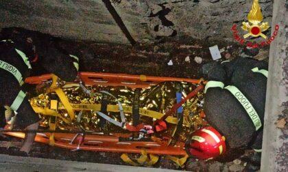 Precipita per 8 metri in un autosilo a Saronno, salvato 25enne