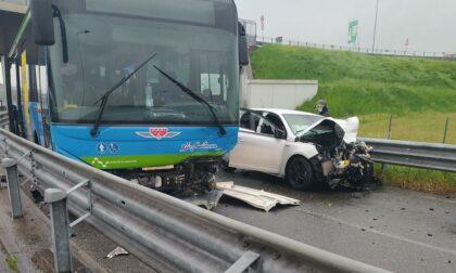 Incidente mortale a Uboldo, auto contro pullman: la vittima è di Gerenzano