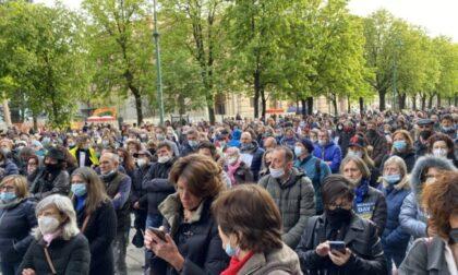 """Video, foto e parole del """"No paura day"""" a Bergamo: in 600 cantando """"la pandemia è una fesseria"""""""
