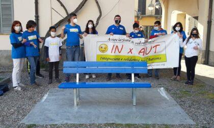 Giornata per la consapevolezza sull'autismo, Solaro dipinge una panchina di blu