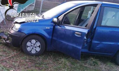 Scene da film a Lazzate: salta fuori dall'auto in corsa per sfuggire ai Carabinieri
