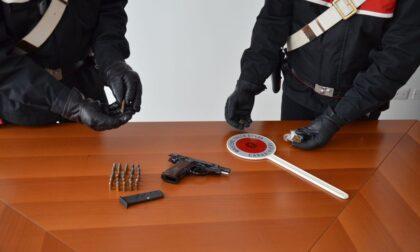 Arma clandestina, munizioni e droga in casa: 35enne arrestato a Castellanza