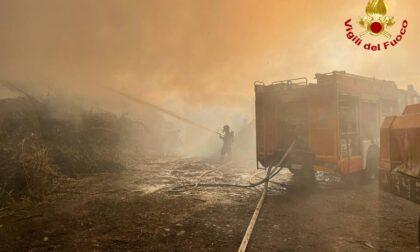 Incendio in un'azienda di legname a Sesto Calende