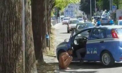 Nudo per strada a Como, arriva la Polizia