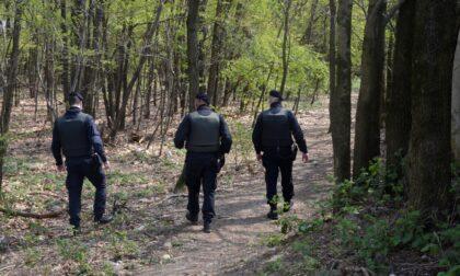 Controlli antispaccio nei boschi del Saronnese: trovate armi e rifiuti, spacciatori in fuga