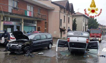 Incidente in via Matteotti a Tradate, auto cappottata
