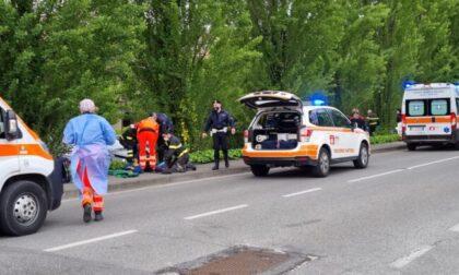 Madre e due figli falciati da un'auto nel Meratese, grave bimbo di 7 anni. Caccia al pirata della strada