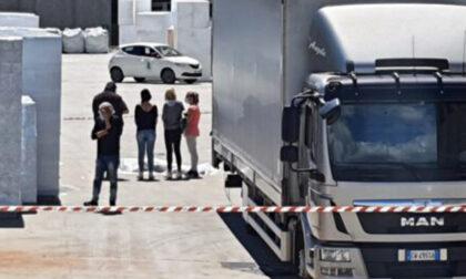Strage infinita sul lavoro: mulettista schiacciato da un camion in manovra