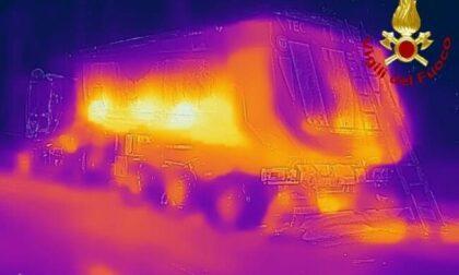 Camion carico di asfalto caldo prende fuoco: intervento dei pompieri a Ceriano