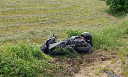 Incidente al confine Tradate-Venegono, scooter nel campo
