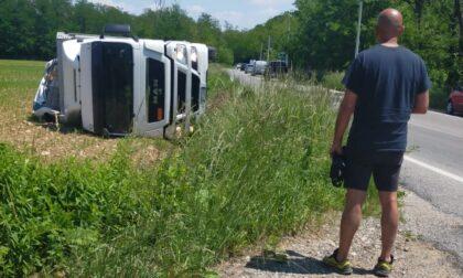 Schiva l'auto in sorpasso, camion si ribalta fuori strada a Tradate