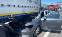 Incidente sulla A8 Milano-Varese: auto incastrata sotto a un camion