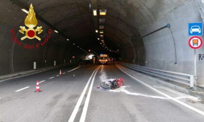 Incidente in galleria, muore in moto a 47 anni