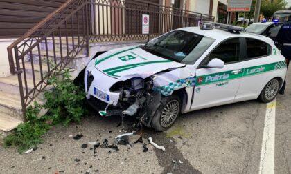 """Nell'inseguire un'auto """"irregolare"""" la pattuglia della Polizia locale di Tradate si schianta a Gazzada"""