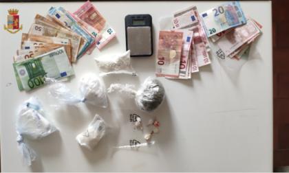 Strano andirivieni in una corte di Comabbio: trovati con 3 etti di cocaina e marijuana