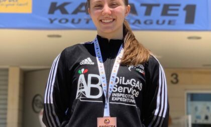 A 14 anni, talentuosa karateka,  sale sul podio