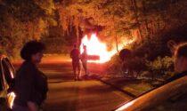 Auto in fiamme alla rotonda dell'autostrada a Lomazzo