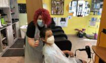 Dopo tre anni è arrivato il momento: Paolo ha tagliato i capelli per donarli ai pazienti oncologici