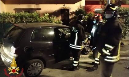 Luino, l'auto finisce contro il contatore del gas e prende fuoco