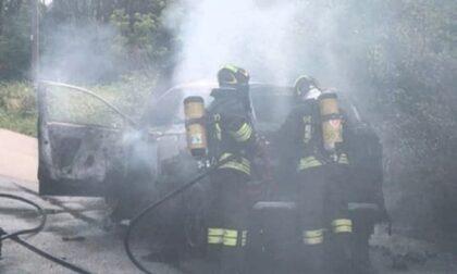 Auto in fiamme a Cogliate, arrivano i Vigili del Fuoco