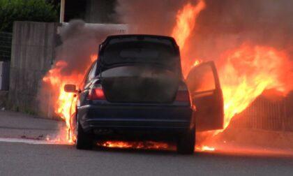 Auto in fiamme a Gorla, video e foto dell'intervento dei Vigili del Fuoco