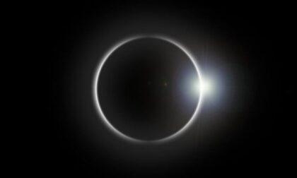 """Occhi (protetti) al cielo dalle 11.35 per la """"mini eclisse"""""""