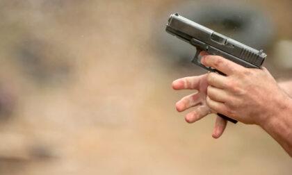 Lavena Ponte Tresa, aggredisce poliziotta con un coltello, il collega gli spara